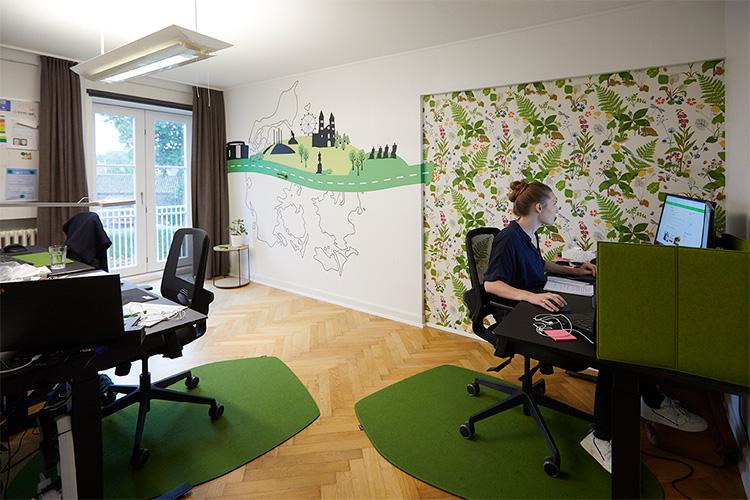 FlixBus har både gardiner og stolunderlag, så der er et sund arbejdsmiljø på deres kontor
