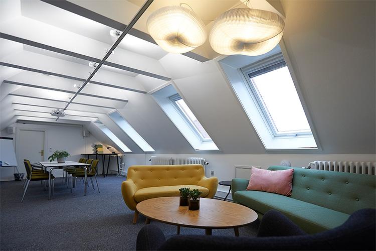 Kontoruniversets mødelokaler er fleksible og skaber den perfekte stemning, så dit møde bliver en succes.