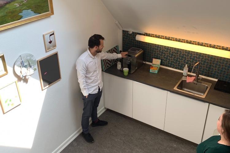 Sparring ved kaffemaskinen er en del af hverdagen hos Kontoruniverset