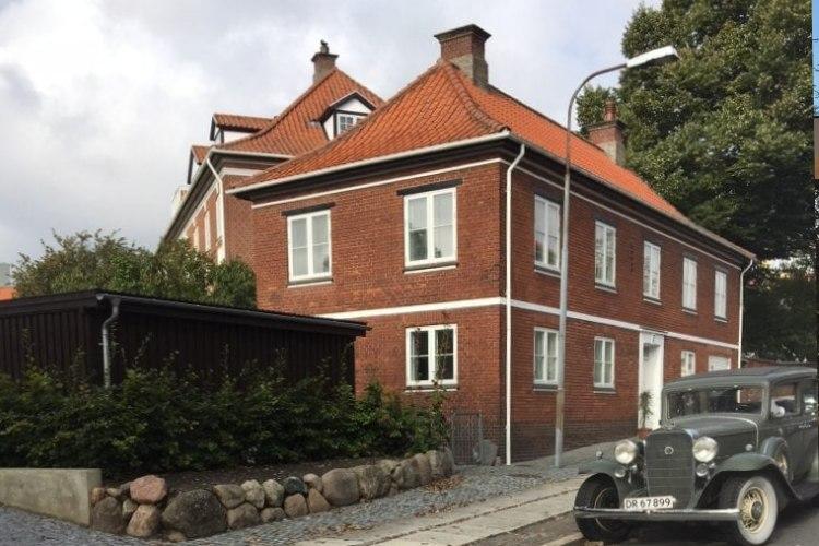 Kontoruniverset holder til i den tidligere amtsgård er en rødstensejendom fra 1942